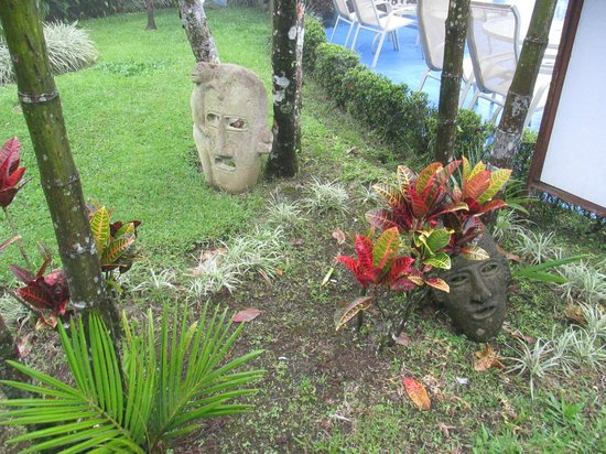 Hotel Lavas Tacotal: Decorations on the grounds