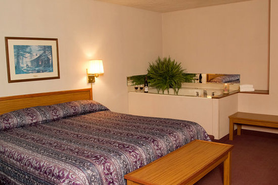 Highland Manor Inn & Conference Center: King Room With Whirlpool and fireplace
