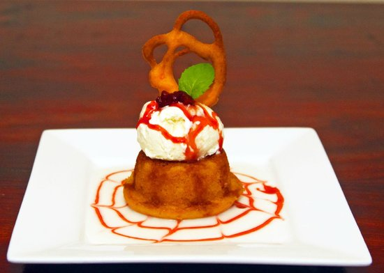 Crave Restaurant: Strawberry pudding with vanilla gelato on creme anglaise