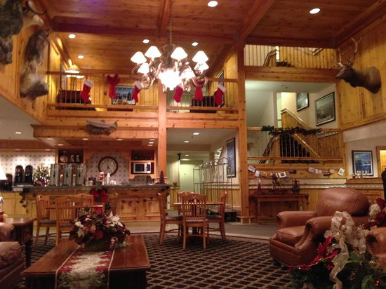 Best Western Plus Olympic Inn: Grand entry and common area for guests