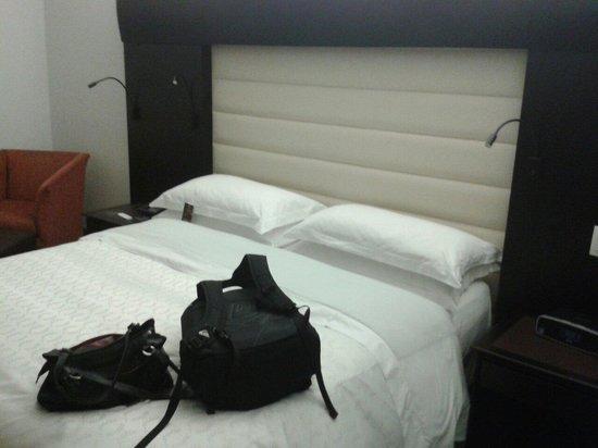 Sheraton Bogota Hotel: Cama con 4 lámparas ajustables según la necesidad