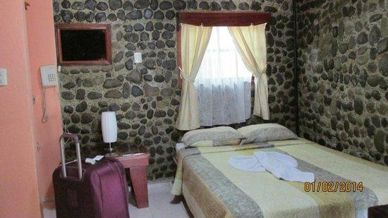 Hotel Mar de Luz : The room has stone and concrete walls