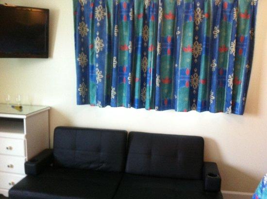 Magic Beach Motel: futon seating area