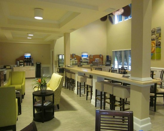 The Holiday Inn Express & Suites Marathon: breakfast room