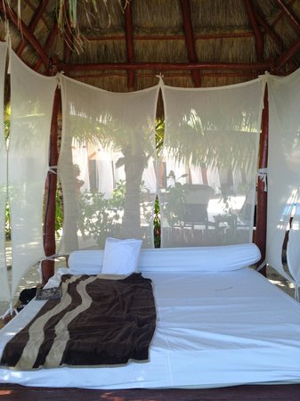 El Dorado Maroma, by Karisma : Beds at the pool and on the beach