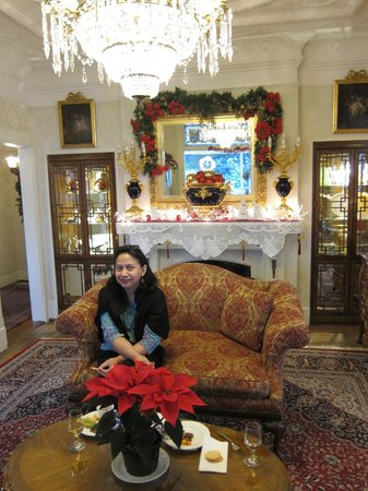 Seven Gables Inn : Christmas decor in wine & cheese parlor