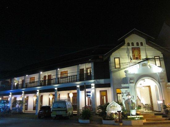 Kodchasri Thani Chiang Mai : hotel building from road