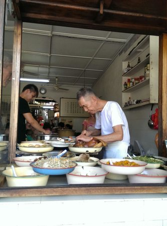 Long Fatt Teow Chew Porridge: Old sifu is preparing food.
