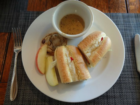 Mountain Home Lodge : lunch: sandwich, homemade cookies, soup