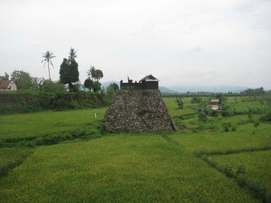 Balidaytours: A Temple on Lombok