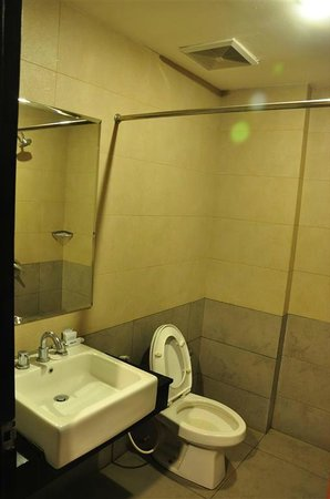 Rota International Hotel: Clean bathroom