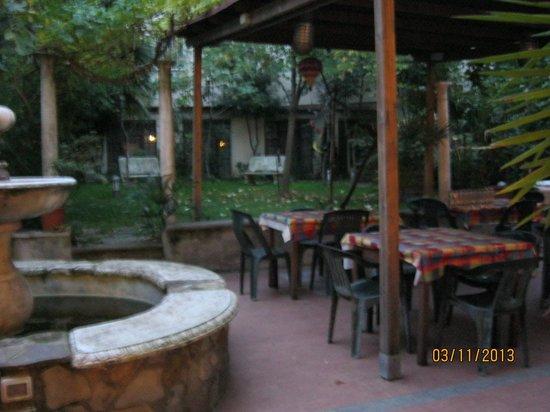 Hostel Archi Rossi : 中庭の様子です。食堂から出入りができます。