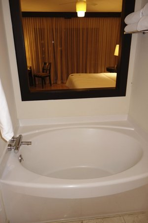 The Westin Golf Resort & Spa, Playa Conchal: Bathtube Looking into bedroom