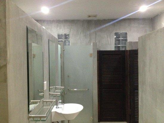 OneStop Hostel Siem Reap: Shared bathroom