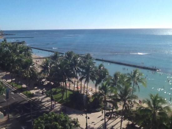 Aston Waikiki Circle Hotel : right over the road from beach
