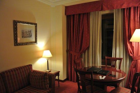 Hotel El Avenida Palace: リビングの窓際
