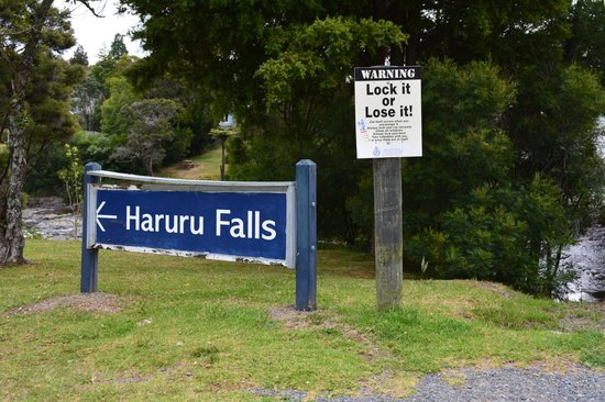 Haruru Falls: The sign to the waterfall