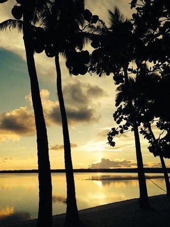 Aitutaki Lagoon Resort & Spa: Sunset from our room