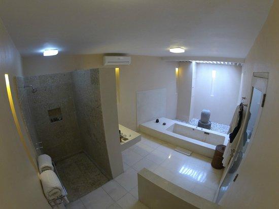 Kamuela Villas Seminyak: Villa Bathroom