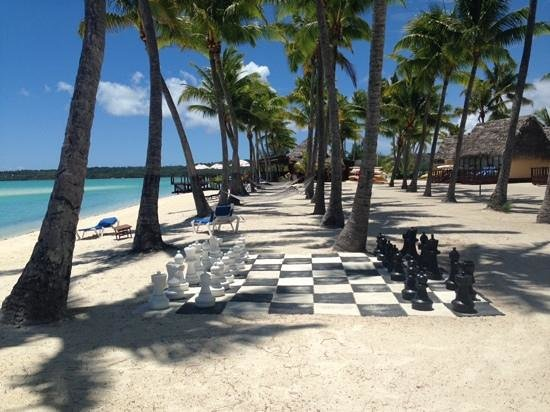 Aitutaki Lagoon Resort & Spa : Giant chess board with our beachfront restaurant in the distance