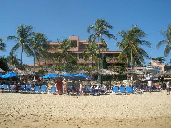 Barcelo Huatulco: vista del hotel desde la playa