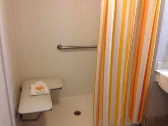 La Quinta Inn Savannah I-95: ADA shower