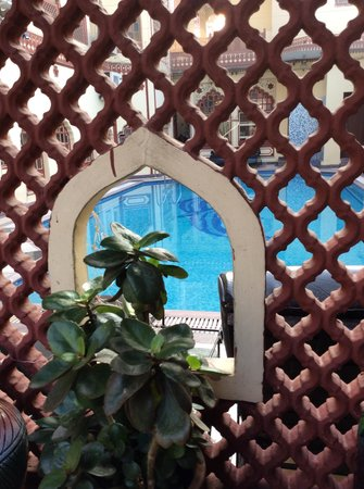 Umaid Bhawan Heritage House Hotel: Looking into the pool