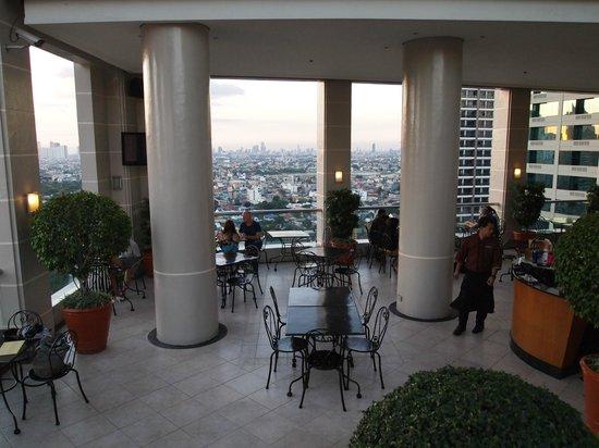 City Garden Hotel Makati: rooftop restaurant/bar/pool