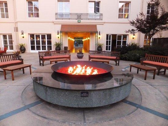 Hyatt Vineyard Creek Hotel: 中庭のファイアープレイスです