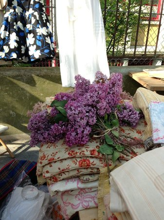 Marché aux Puces de la Porte de Vanves : Beautiful linens and lilacs, too!