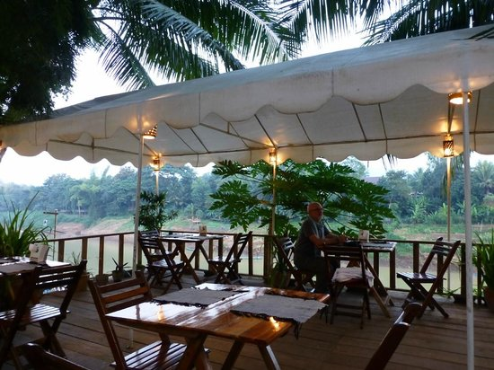 Rosella Fusion Restaurant: The terrace overlooking the river