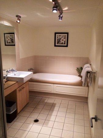 Mantra Amphora: Bathroom