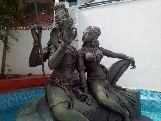 Savera Hotel: Shiva near swimming pool