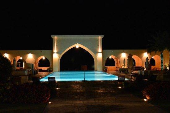 Tilal Liwa Hotel: Pool in the night