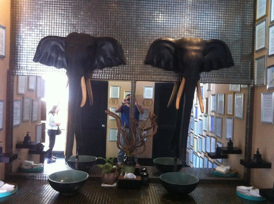 Mantra Samui Resort : Bathroom behind reception