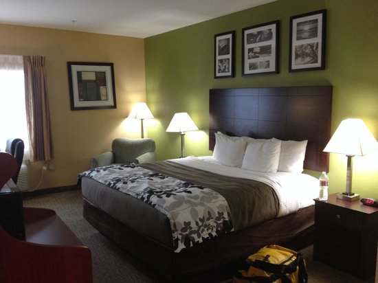 Sleep Inn & Suites: We booked a room with a king size bed. It was really comfortable, absolutely no complaints.