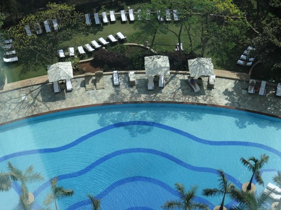 Renaissance Mumbai Convention Centre Hotel : the swimming pool overlooking the lake