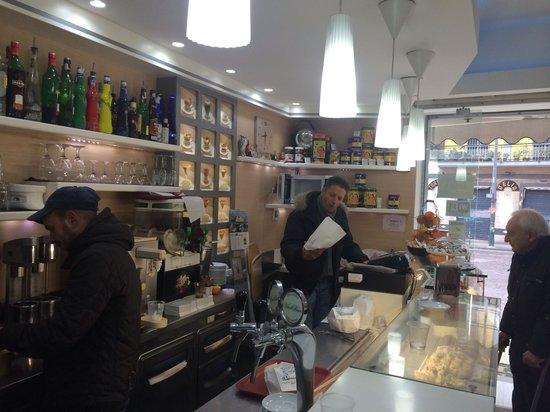 Gran caffe Arenella : Il titolare mentre serve i clienti
