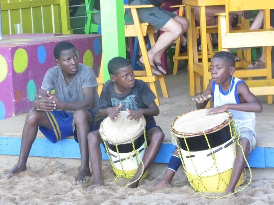 Barefoot Bar : Kids playing the drums