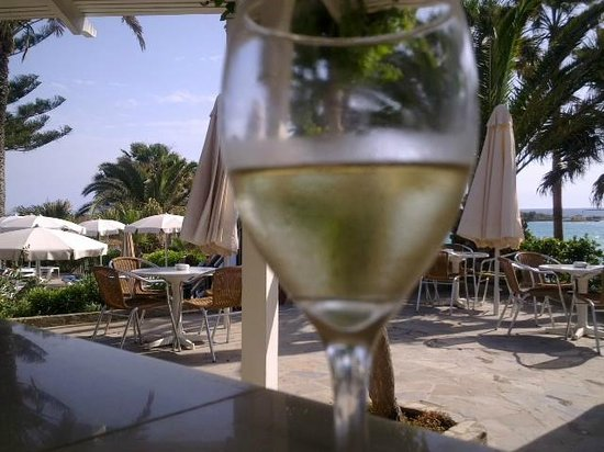 Nissi Beach Resort : Glass of white wine by the pool.