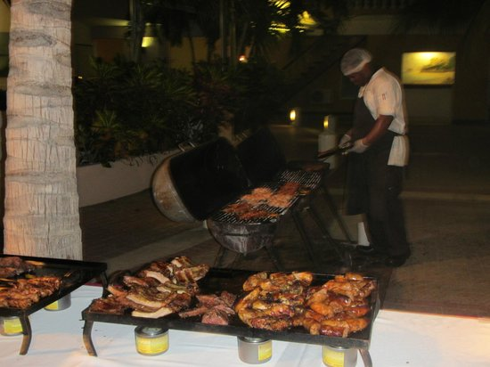 Avila Beach Hotel: der Grillmeister beim Barbecue Abend