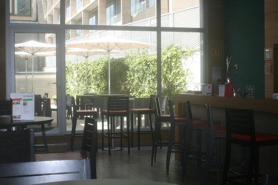 Ibis Barcelona Pza Glories 22: Espace bar/terrasse/informatique/accueil