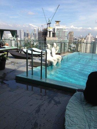 DoubleTree by Hilton Sukhumvit Bangkok: Infinity pool