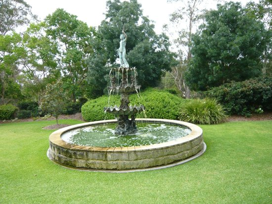 Mercure Resort Hunter Valley Gardens: Green water fountain