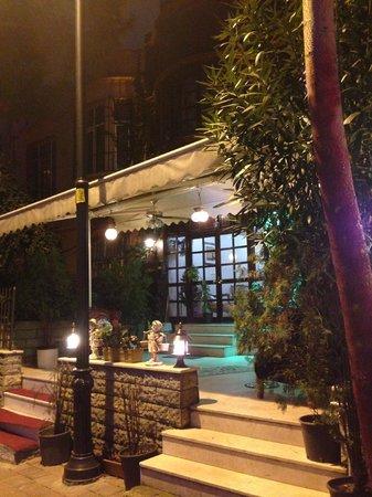 Apex Hotel: Веранда/терраса перед входом в отель