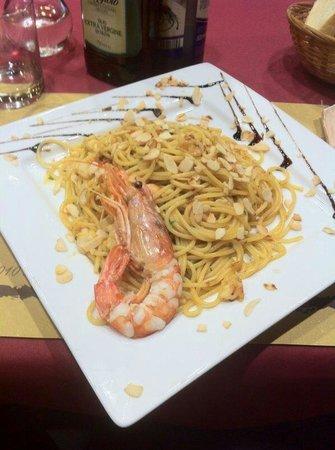 Le Petillant: Spaghetti con gamberi e mandorle tostate