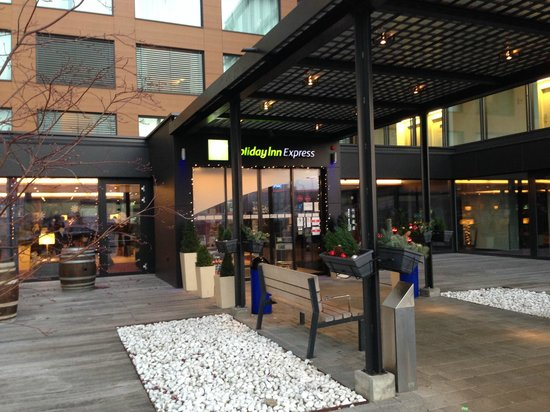 Holiday Inn Express Zurich Airport : Hotel Entrance