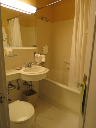 Chancellor Hotel on Union Square: Little sink and shower/bathtub combo
