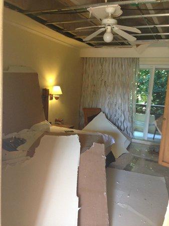 Catalonia Royal Tulum: Bett mit herabgestürzten Deckenplatten.Kissen beachten!