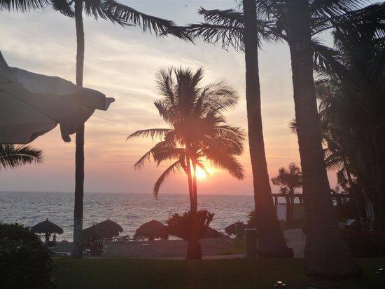 Mayan Palace Puerto Vallarta: Sunset at the beach